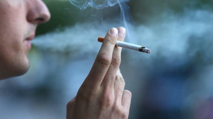 สูบบุหรี่หรือกัญชาทำให้ลิ้นเป็นฝ้า